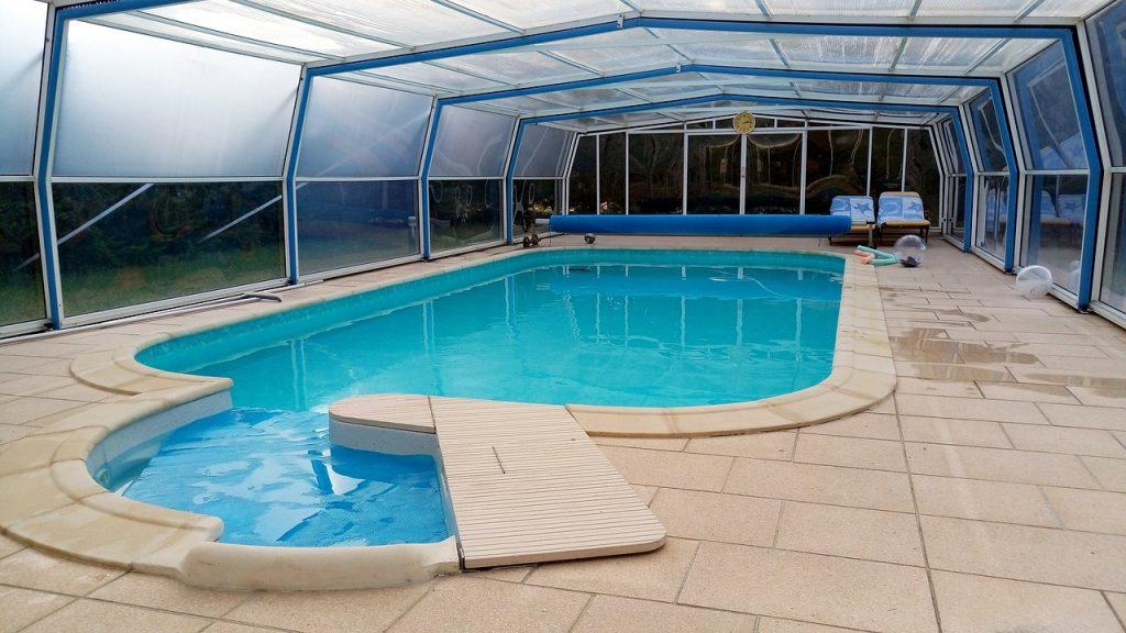 piscine sous un abris