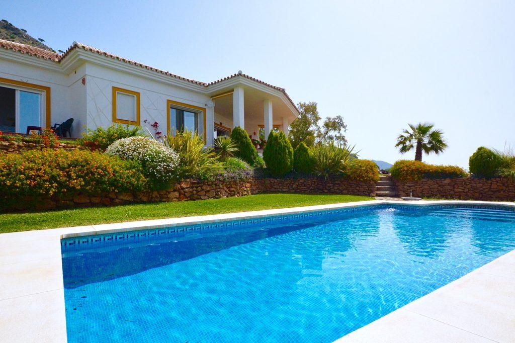 extérieur de maison avec piscine et et massifs végétaux