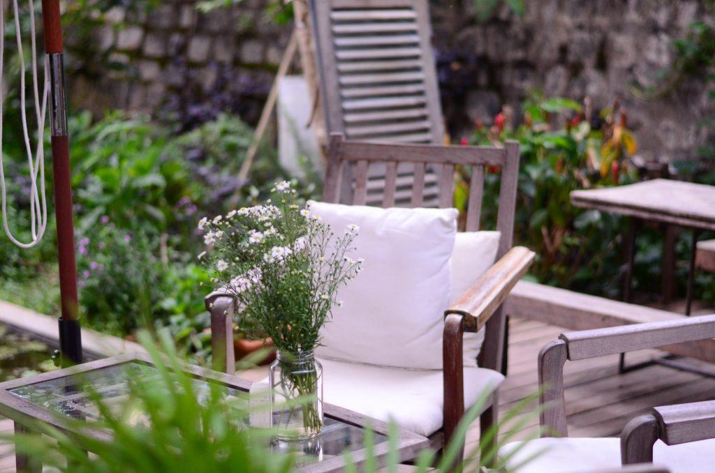Une terrasse décorée dans un jardin